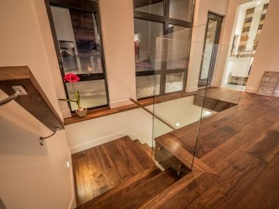 Escalier Noyer Noir huilé avec panneaux de verre