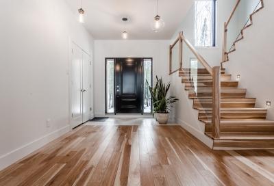 Escalier hickory naturel et panneaux de verre