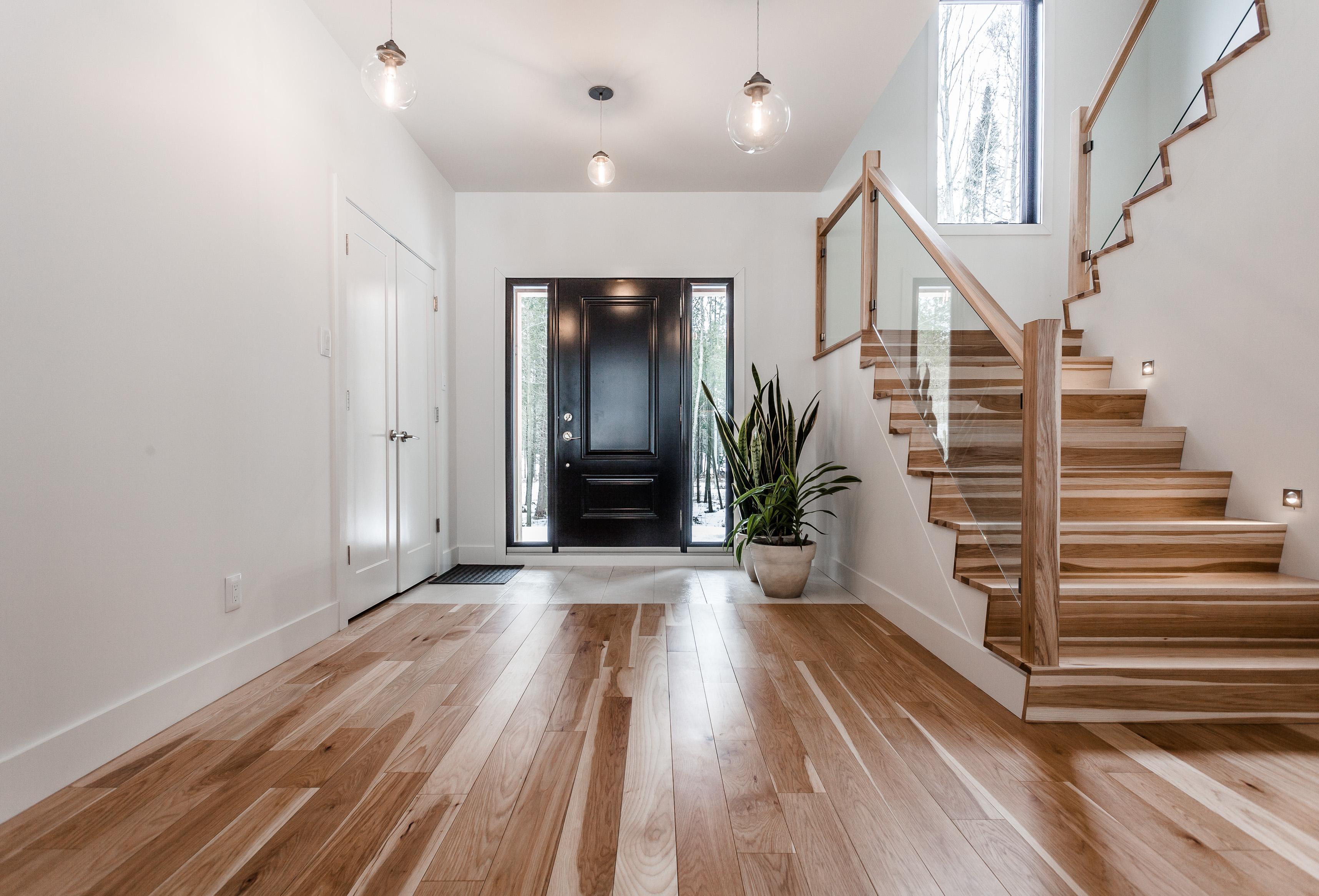 escalier hickory naturel et panneaux de verre planchers. Black Bedroom Furniture Sets. Home Design Ideas