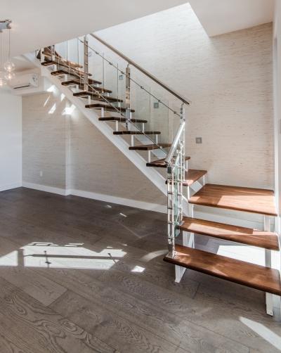 Escalier noir huilé avec panneaux de verre