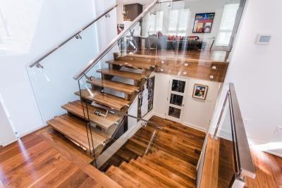 Escalier noyer noir avec panneaux de verre