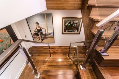 Escalier en noyer noir avec panneaux de verre